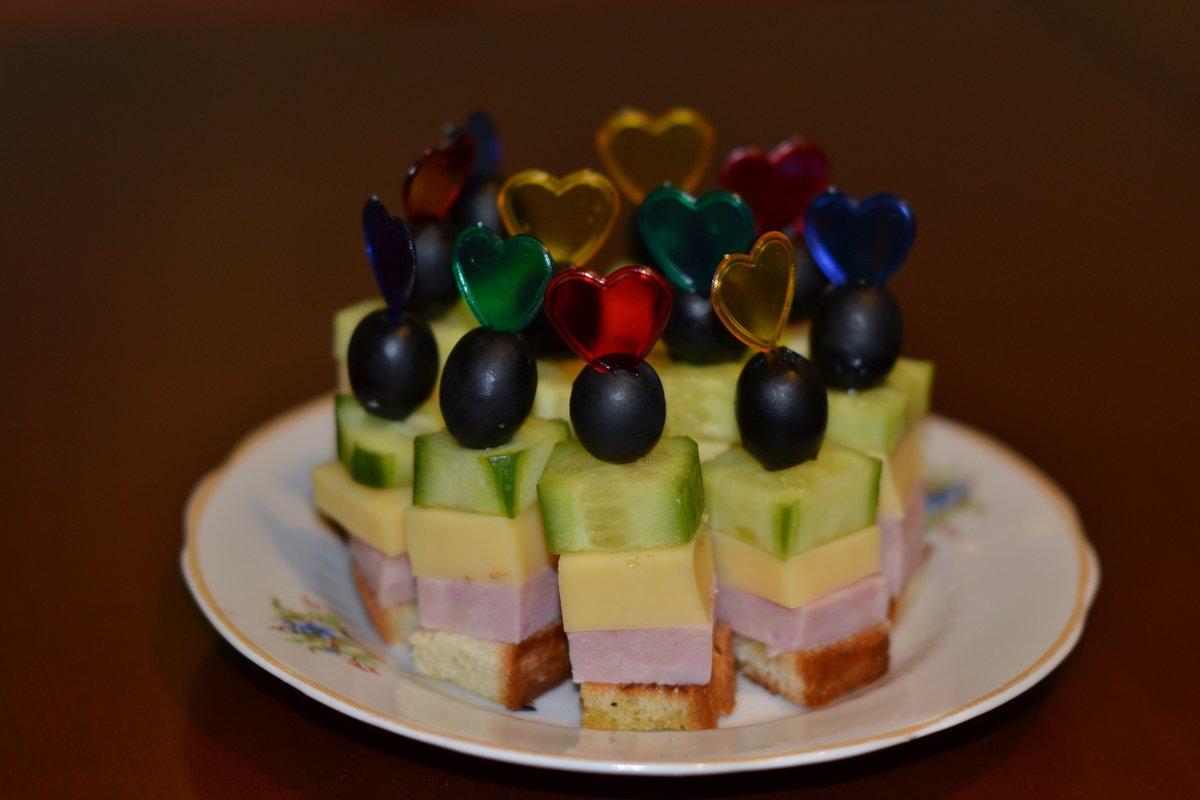 Канапе на шпажках: простые рецепты на праздничный стол.