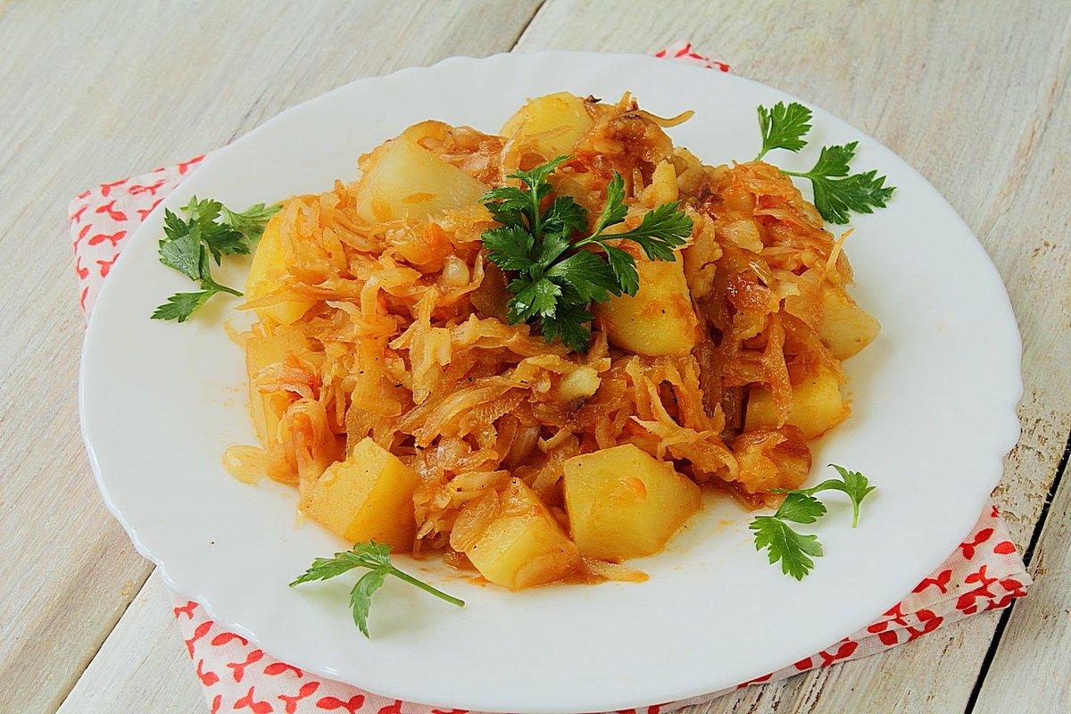 блюдо с капустой и картошкой и мясом