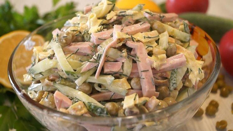 Из яиц, крахмала, сметаны, соли приготовим тесто и пожарим блинчики.  Колбасу, огурцы и блины нарежем соломкой. Все смешаем. Заправим майонезом.  Подробности и