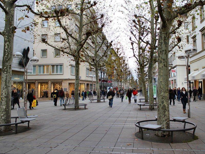 город Штутгарт, лавочки вокруг деревьев