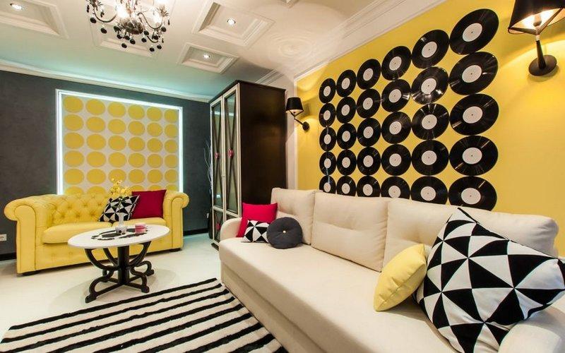 Стиль поп-арт раскрашивает интерьер помещения в яркие краски.
