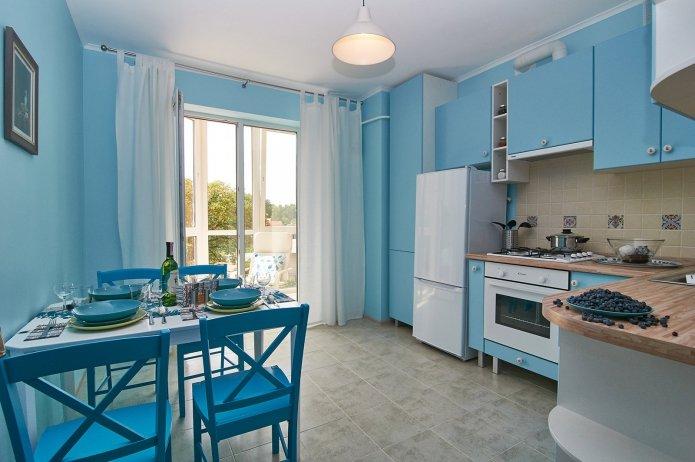 дизайн большой кухни в бело-лазурно-голубом цвете