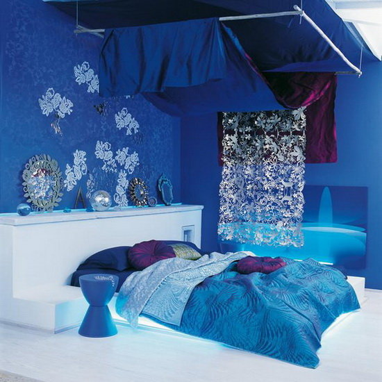 Смелое решение в интерьере маленькой спальни.