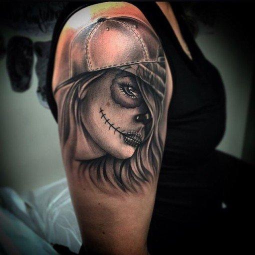 Тату мексиканская мертвая девочка в стиле Чикано на плече девушки
