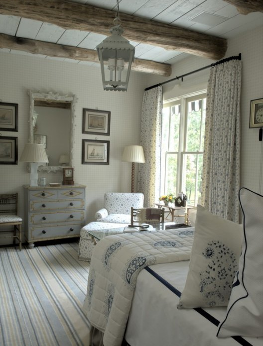 Декор спальни шторами из плотного льна.