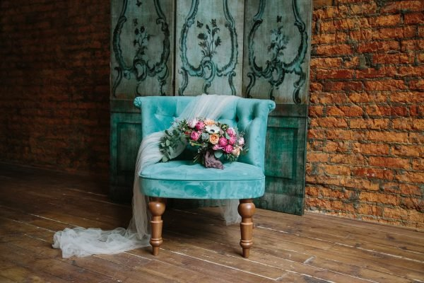 Используйте устаревшие детали в этом стиле: бабушкин комод или шкатулку, старинную вазу, роскошный кирпичный камин прямиком из прошлого века. Эти детали внесут в лофтовую свадьбу свой особый, неповторимый шарм.