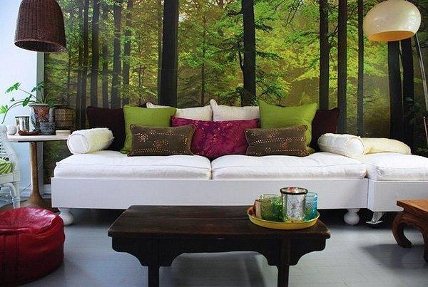 фотообои в насыщенных зеленых тонах со светлой мягкой мебелью