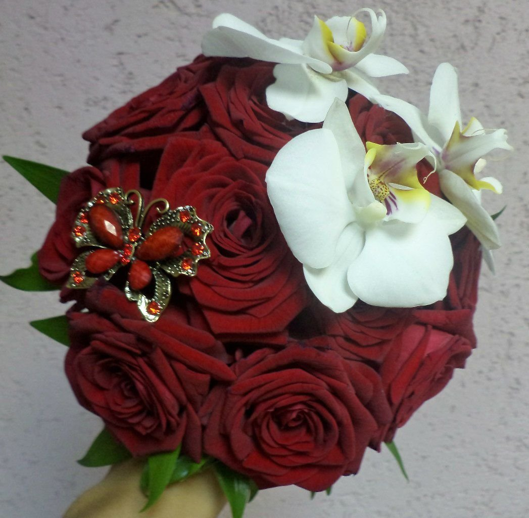 Букет с бордовой розой и зеленой орхидеей
