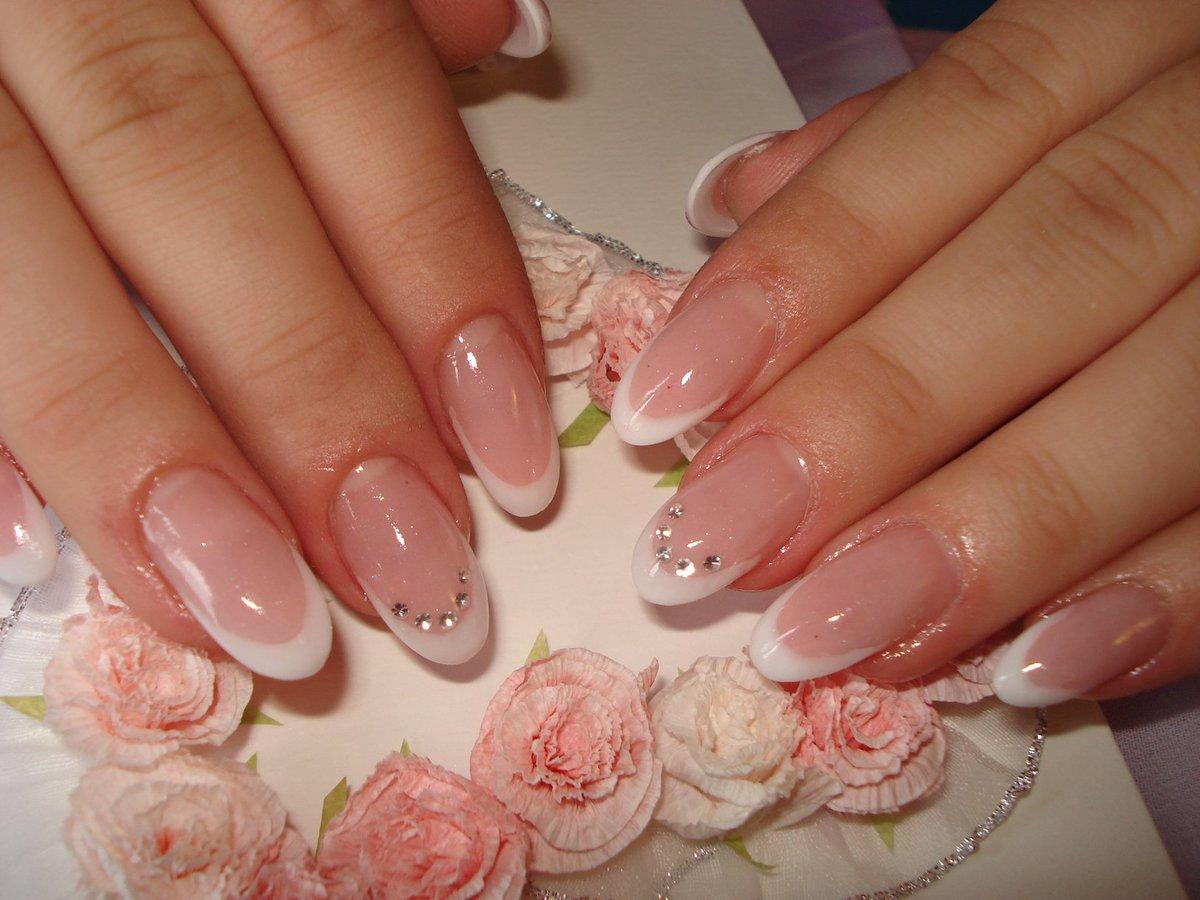 Фото нежного френча на круглых ногтях
