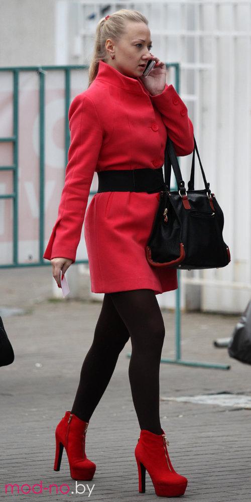 в горячая красном пальто блондинка