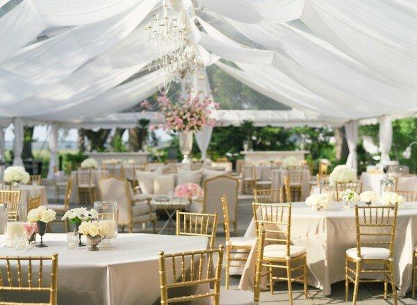 Украшение зала в модном сейчас эко-стиле своими руками возможно воплотить, используя природность: полевые цветы, натуральные тона. Все это в сочетании создает нежную и романтическую атмосферу.