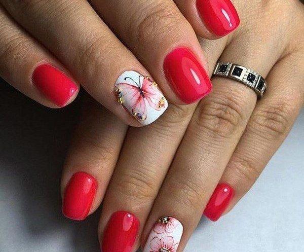 Красный маникюр на короткие ногти с дизайном фото