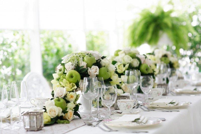 Цветы. Редкая свадьба обходится без живых цветов. Если вы хотите создать цветочную композицию самостоятельно, не поленитесь все же проконсультироваться с флористом. Не все желания невесты будут уместны на свадьбе.