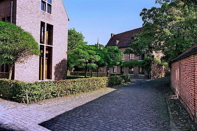 Большой бегинаж в Левене представляет собой целый квартал, включающий несколько десятков улиц. Когда-то это поселение принадлежало ордену бегинок. Его строительство началось еще в 13 веке.