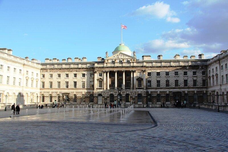 Институт искусства или галерея Курто расположена в Сомерсет-Хаус - это построенное в стиле классицизма здание занимает целый квартал между Стрэндом и Темзой. Здесь жил Эдвард Сеймур, дядя короля Эдуарда VI, потом здесь жила будущая королева Елизавета. После Великого лондонского пожара дворец отстроил сам Кристофер Рен, но судьба не благоволила к нему, и в 1775 году он был снесен. А на его месте было возвигнуто нынешнее здание, в северном крыле которого (построенном сэром Уильямом Чемберсом в XVIII веке) в наши дни и располагается коллекция Сэмюэля Курто.