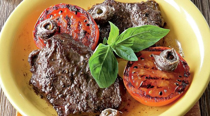 Бифштексы с анчоусами и помидорами