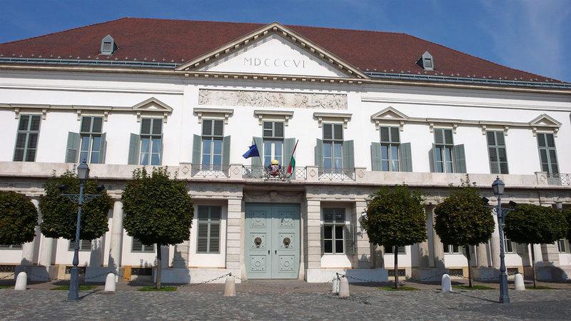 Дворец, построенный в начале XIX века для графа Шандора, сегодня является официальной резиденцией президента Венгрии. Фасад скромного двухэтажного здания, возведенного на Будайском холме, украшен простыми барельефами на древнегреческие темы.