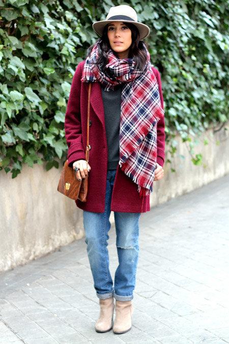 Широкий клетчатый шарф-палантин очень хорошо смотрится с однотонный пальто бордового цвета.