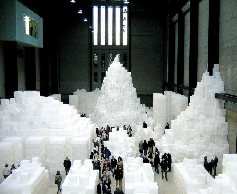 Музей Тейт Модерн привлекает гораздо больше посетителей, чем первоначально ожидалось, потому ведется активная работа по расширению выставочного пространства.  По сути, это один из самых посещаемых музеев мира.