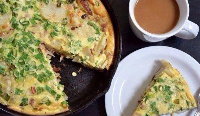 Фриттата с картофелем и ветчиной - невероятно сытное блюдо, которое подходит не только для завтрака, но и для обеда.