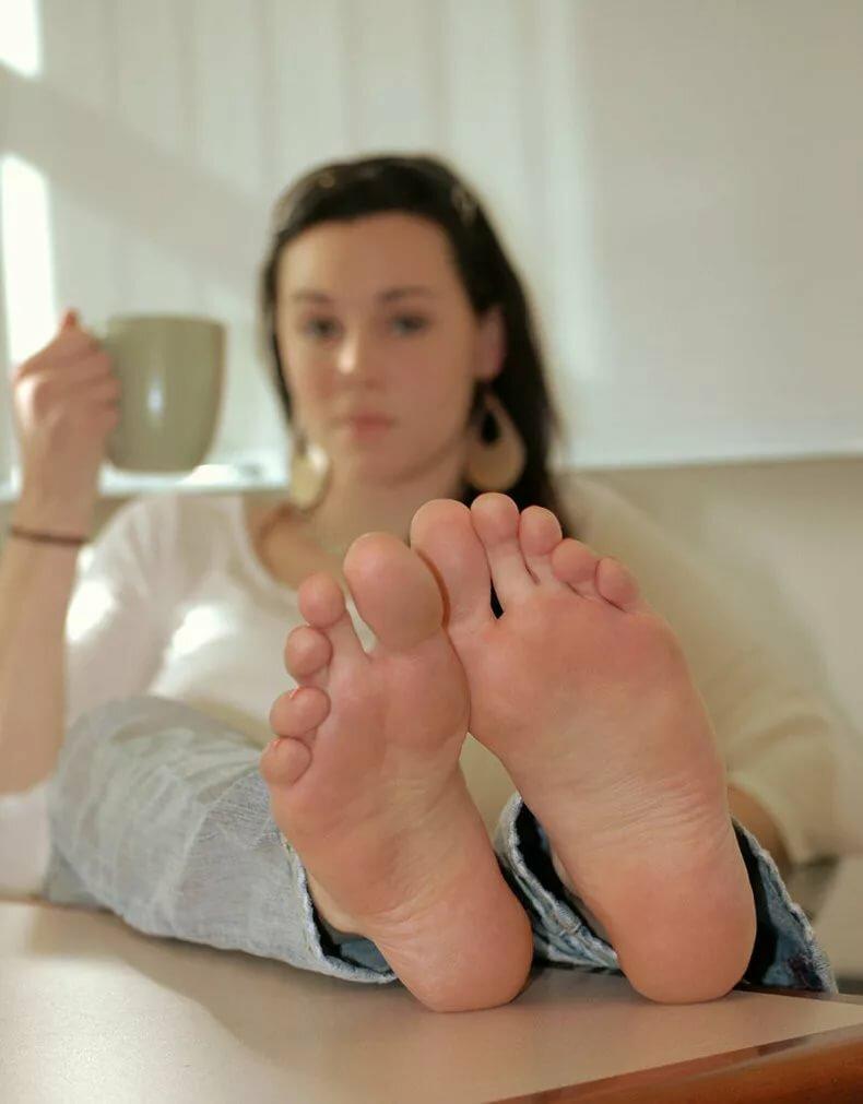 voyeur-petite-girl-feet-naked-mature
