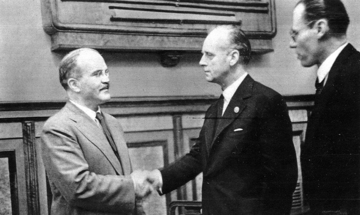 23 августа 1939 года подписан пакт Молотова – Риббентропа