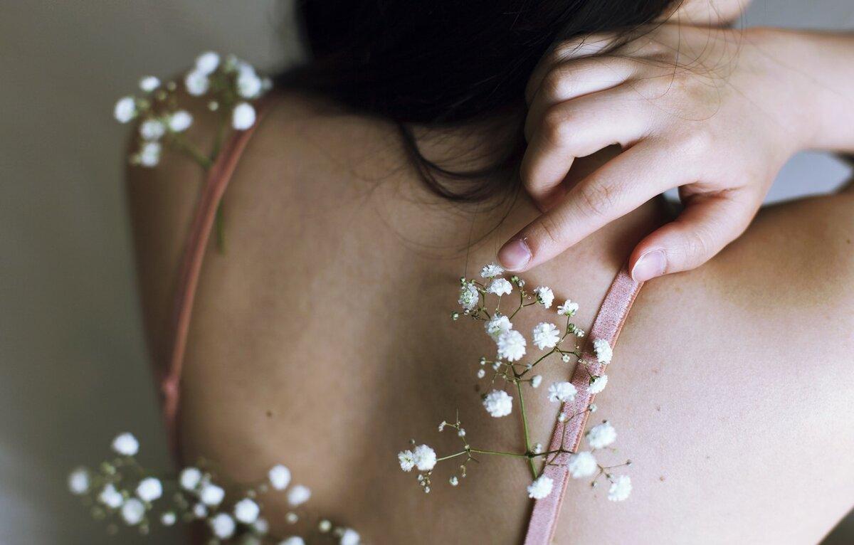 Картинка девушки со спины и цветами