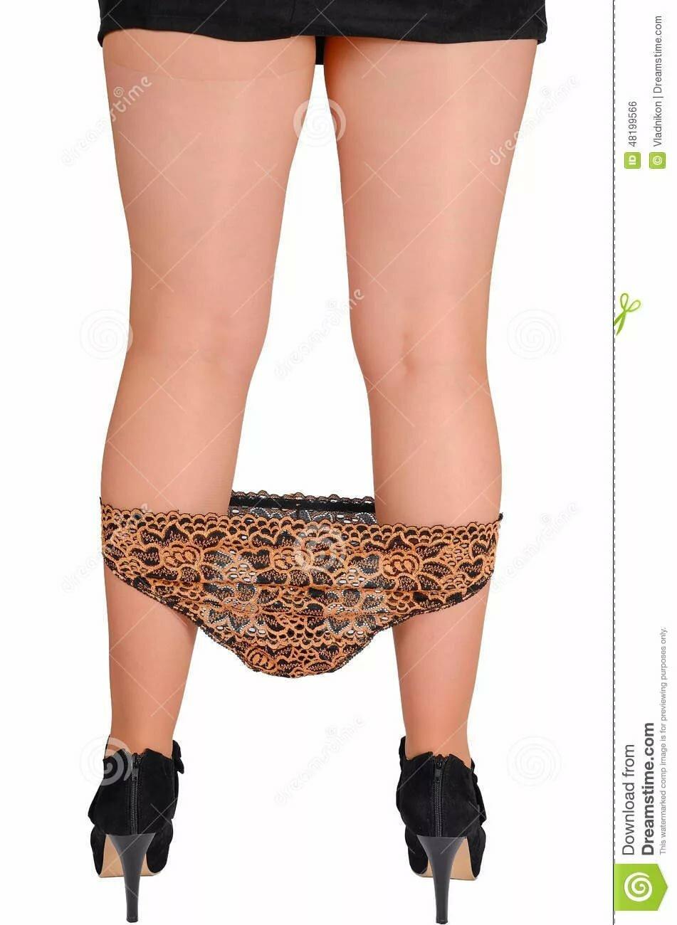 девушка приспустила трусики в юбке