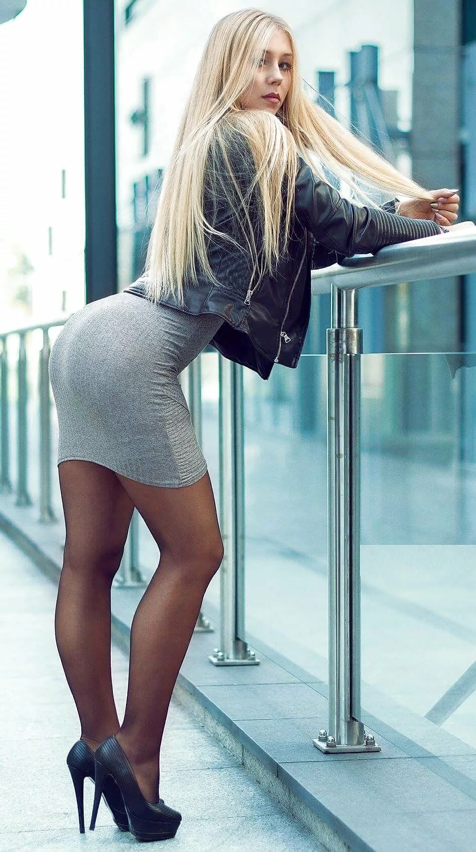 блондинка в коротком облегающем платье и в колготках раб жесткое