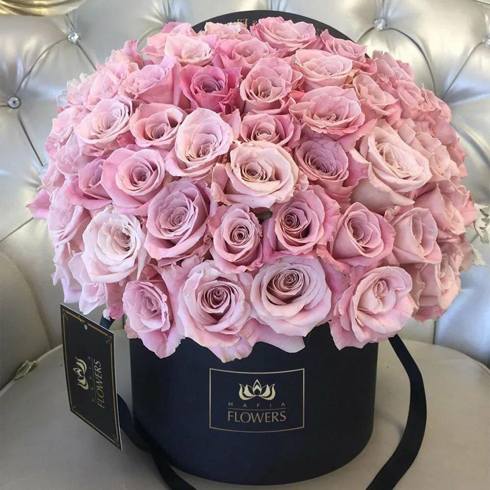 Красивый букет цветов в коробке в реале