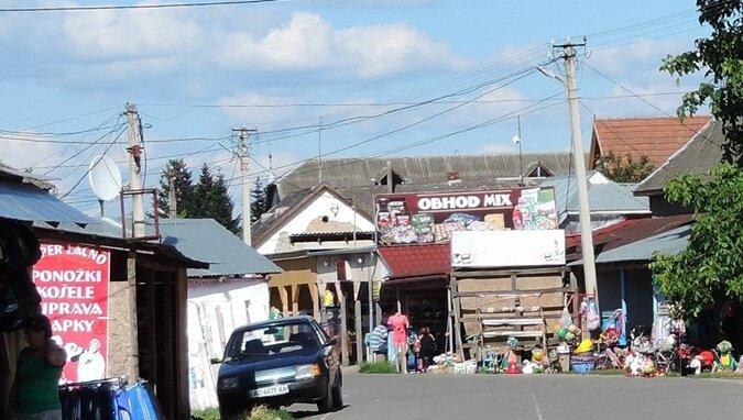 Возле международного пункта пропуска в глазах рябит от огромного количества магазинов и торговых палаток с надписями на словацком языке