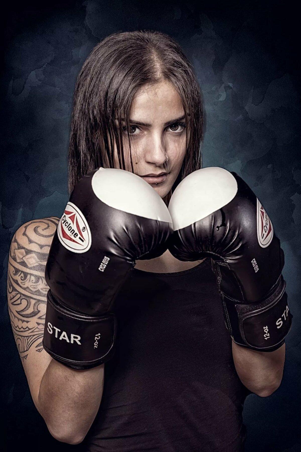 Девушка в боксерских перчатках фото