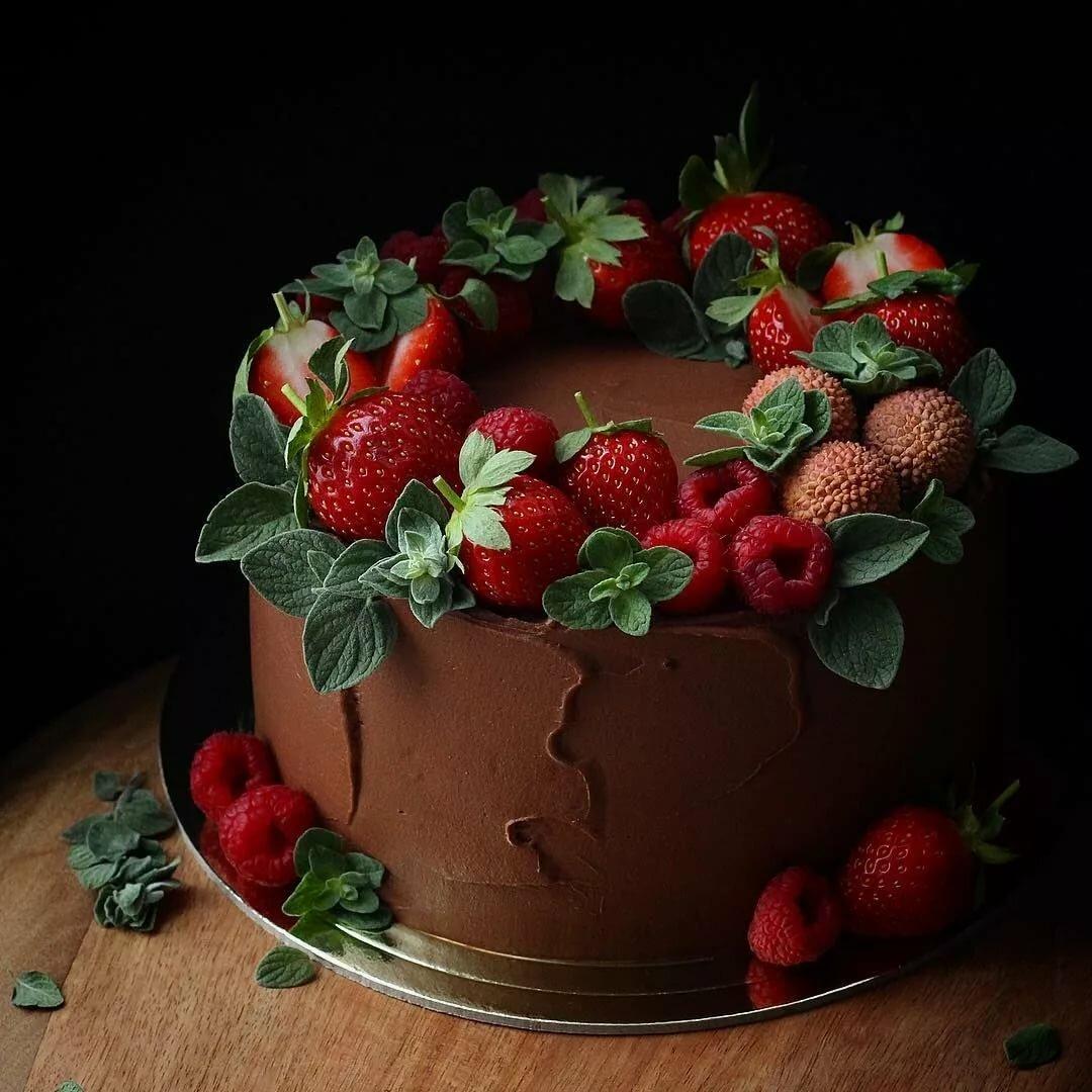 Оформление торта клубникой и шоколадом фото