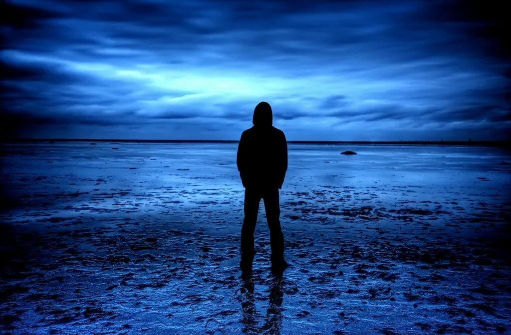 морского картинка парень у моря в капюшоне брюками