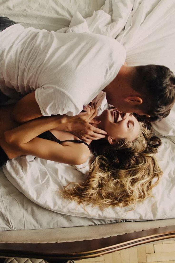 Любовь в кровати фото картинка