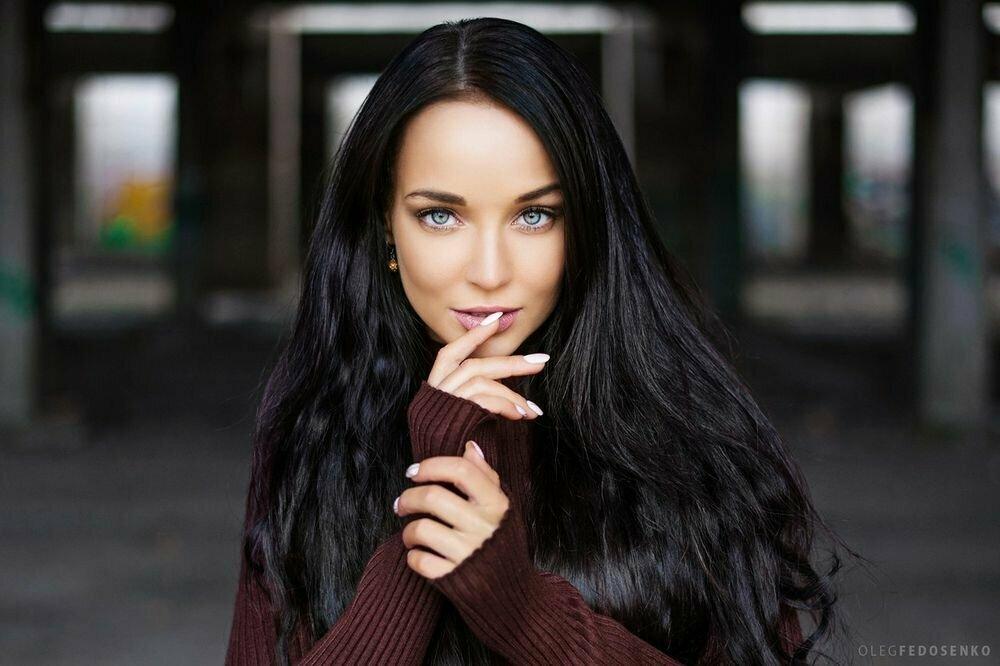 Картинка девушка брюнетка с голубыми глазами