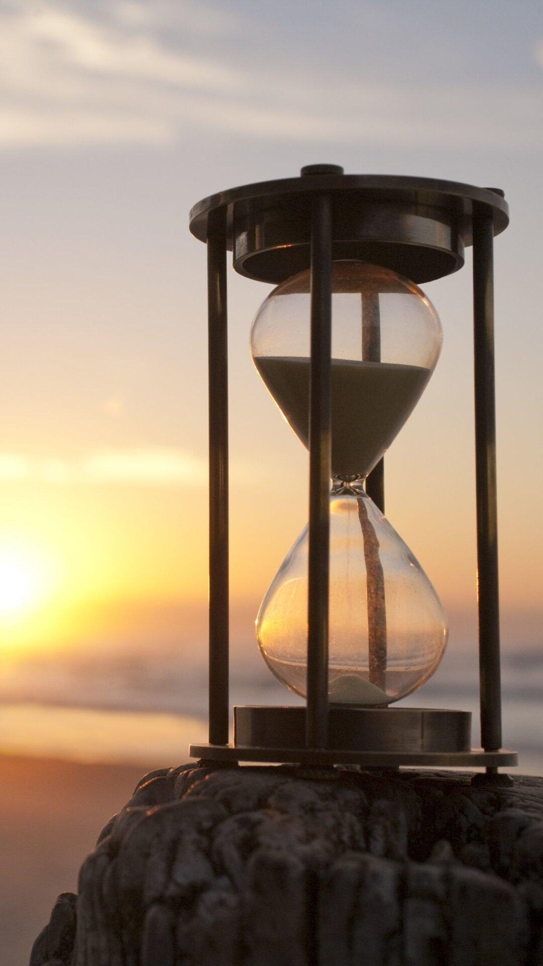 рассказывать картинки с песочными часами из которых улетает песок взято