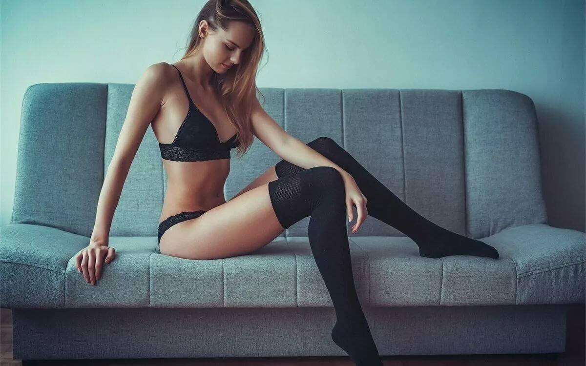 стройные худые ноги в чулках она