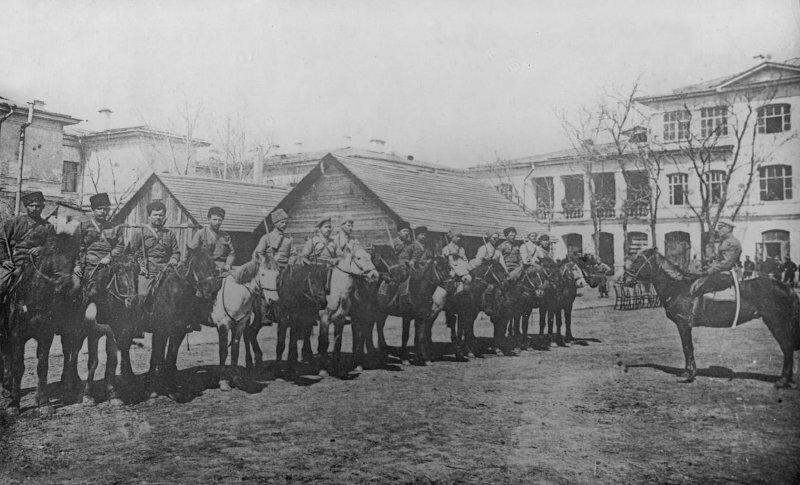 Кавалерийский взвод Астраханских 8-х командных курсов. Слева - командир взвода тов. Вольфгаген