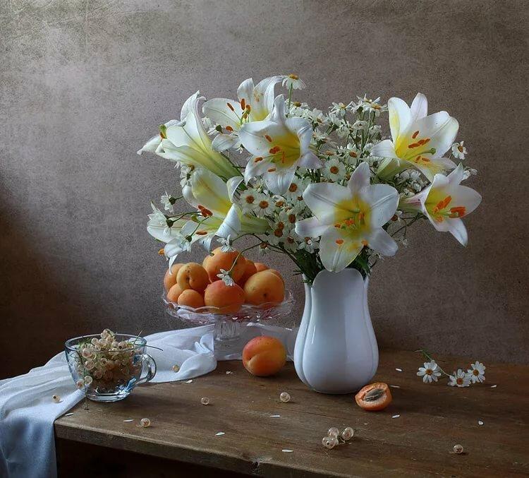 белые лилии в фото натюрморте