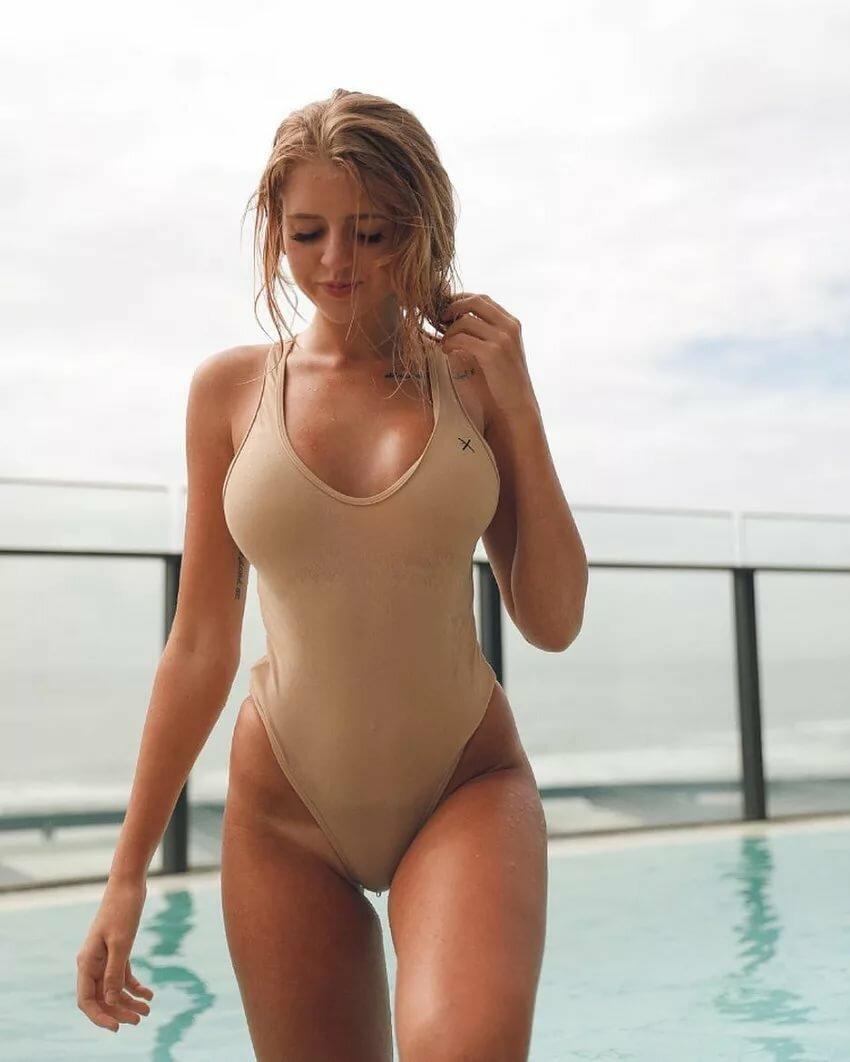 Nude tan line