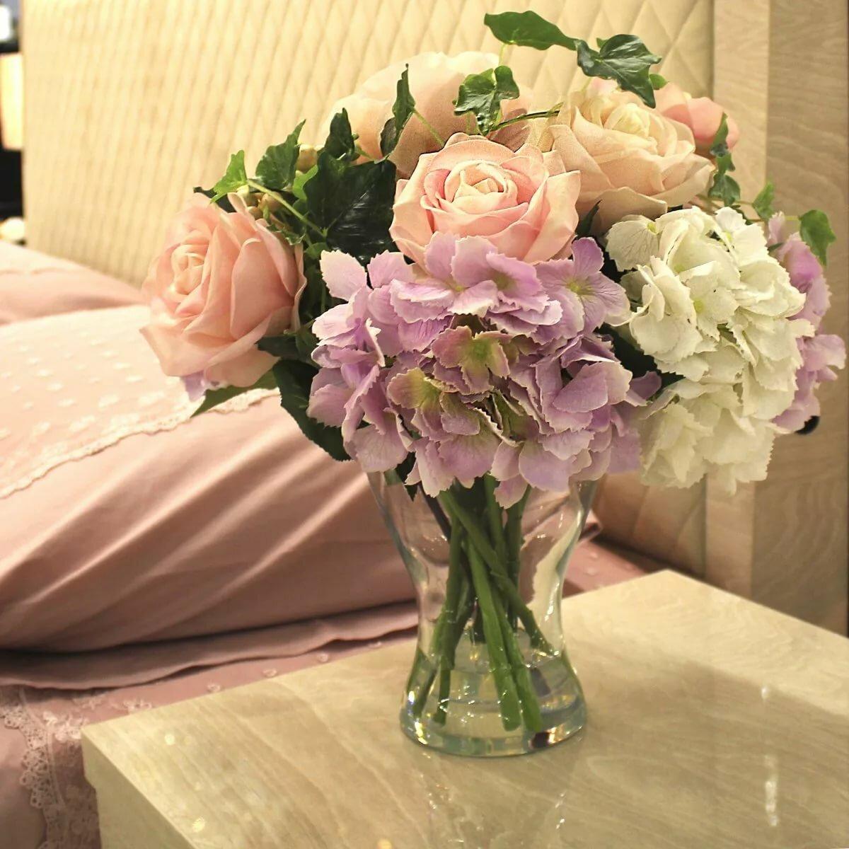 красивый букет цветов в вазе на столе этого подхода