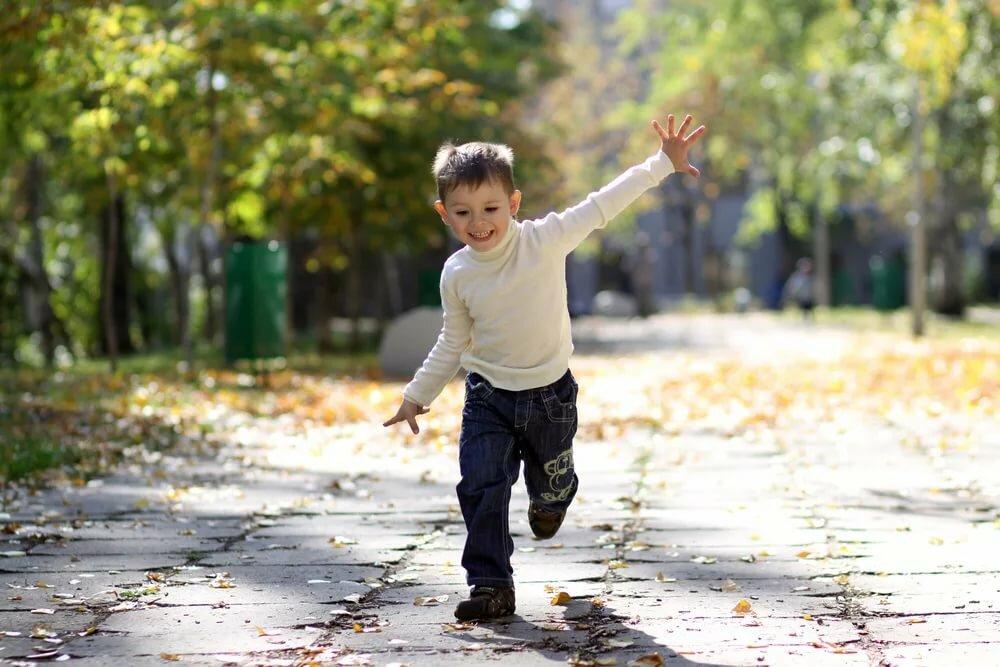 Картинки ребенок бежит