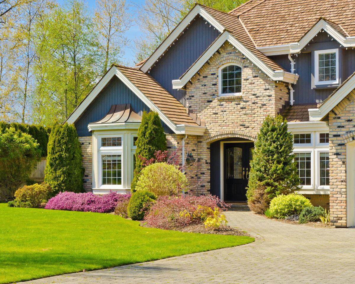 Картинка дома с лужайкой