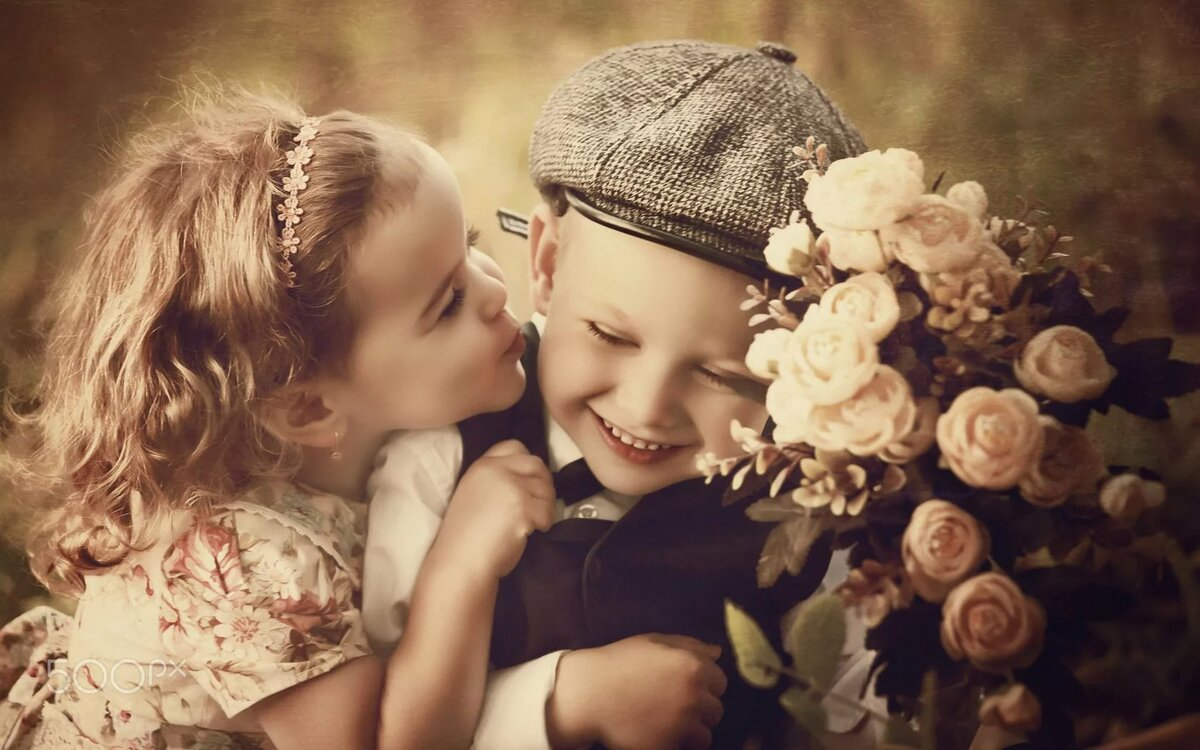 Открытка целующиеся дети