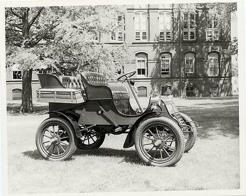 17 октября 1902 года вДетройте выпущен первый автомобиль марки Cadillac