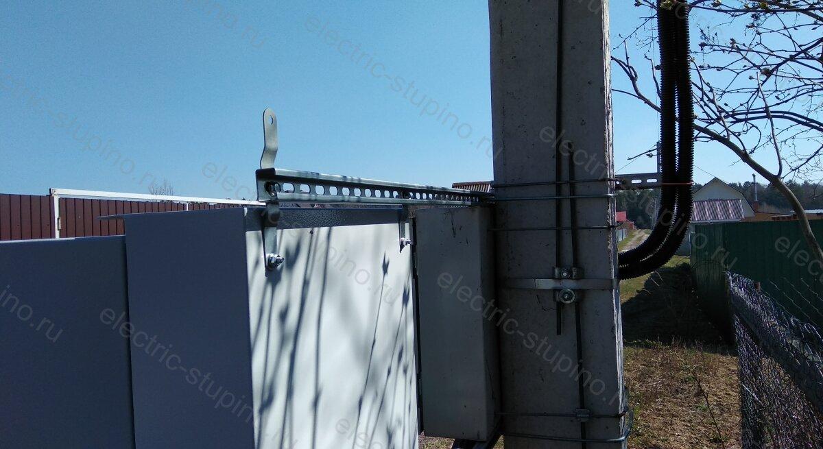 Крепление электрощита к опоре ЛЭП