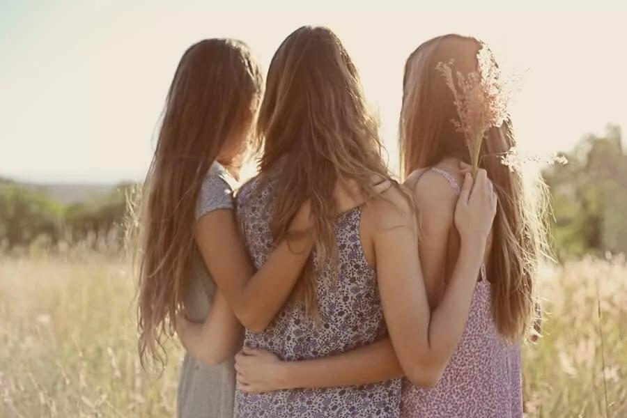 Картинки подружки в обнимку