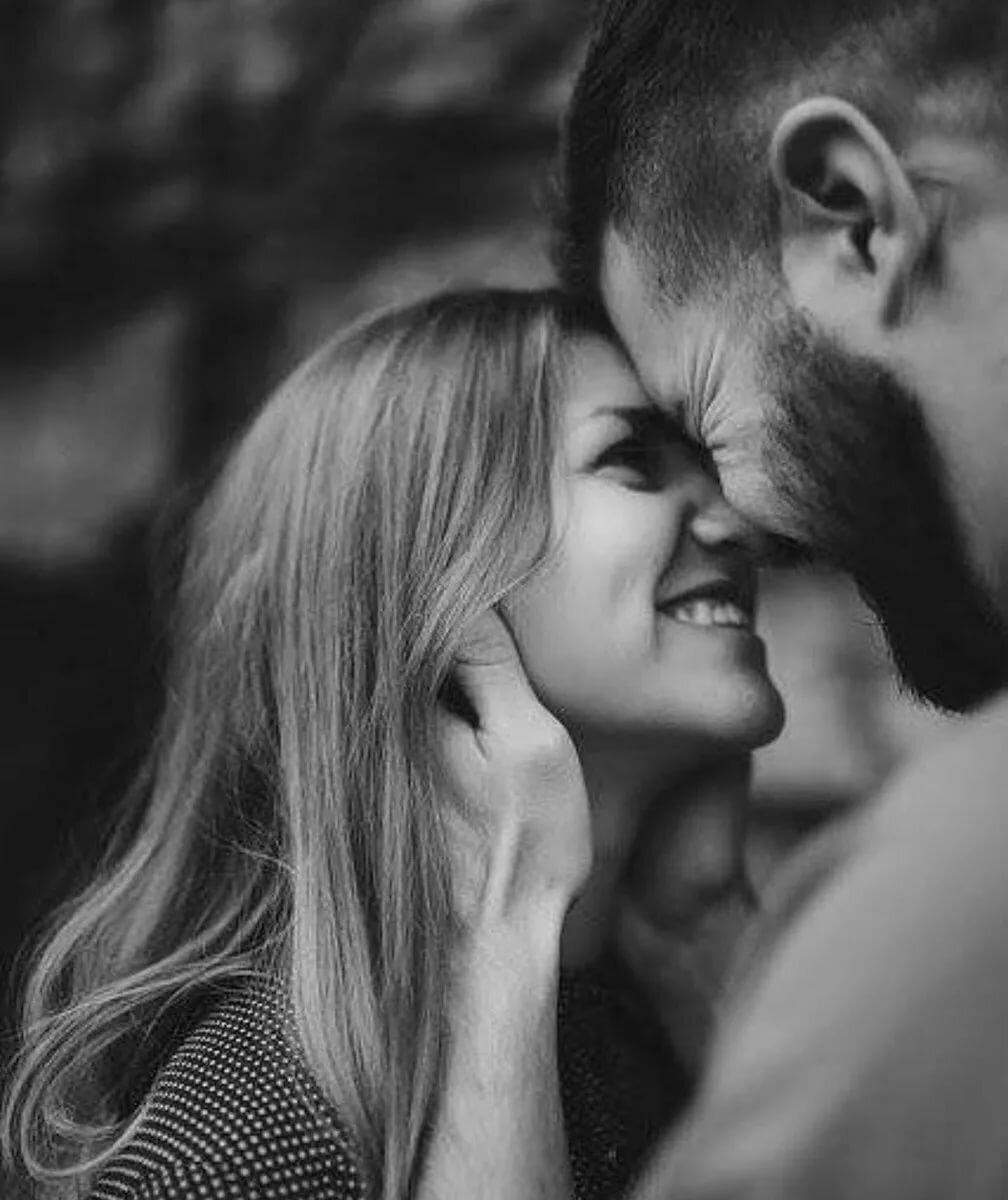 Картинки мужчина с бородой целует девушку