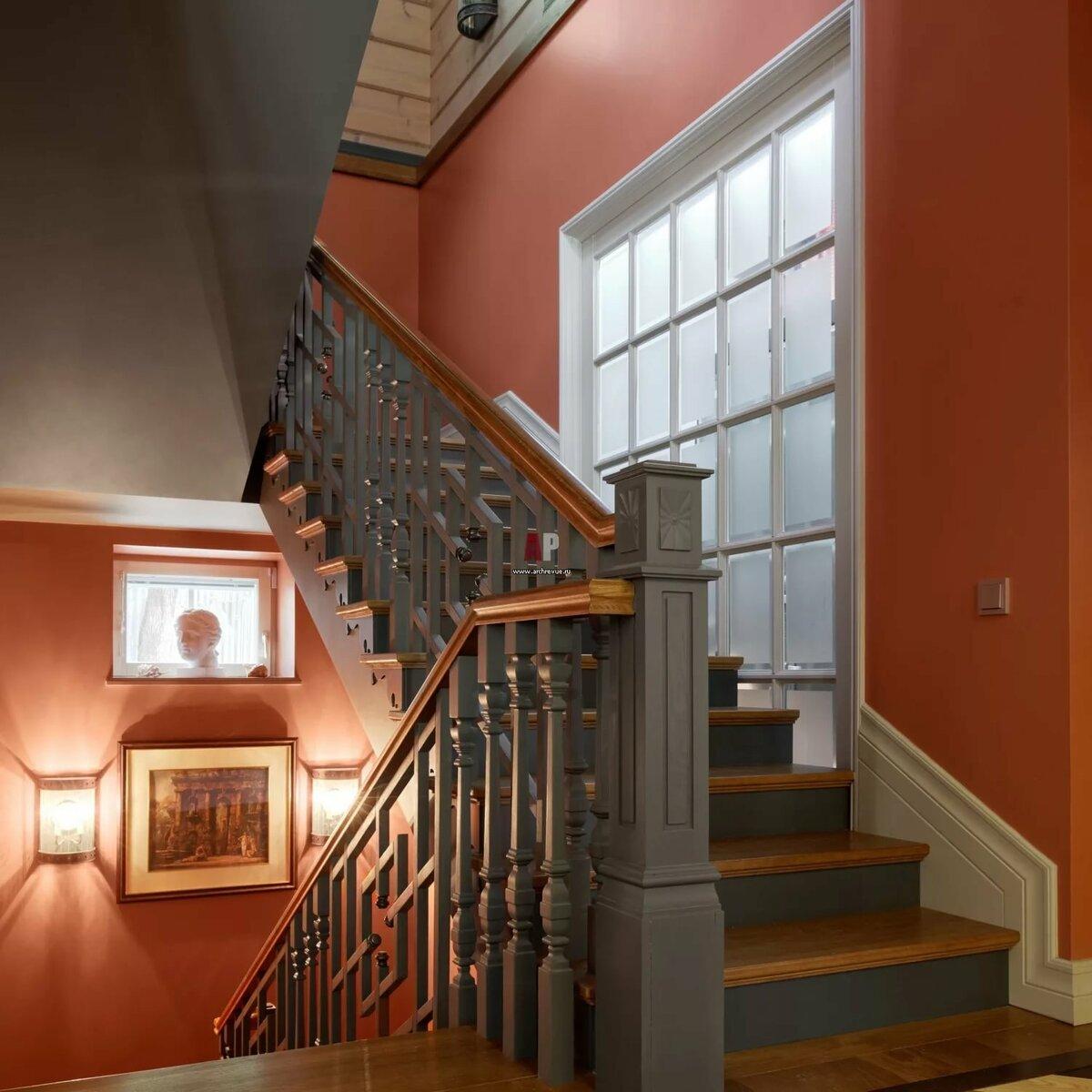 обои на лестничной площадке в интерьере дома дизайн